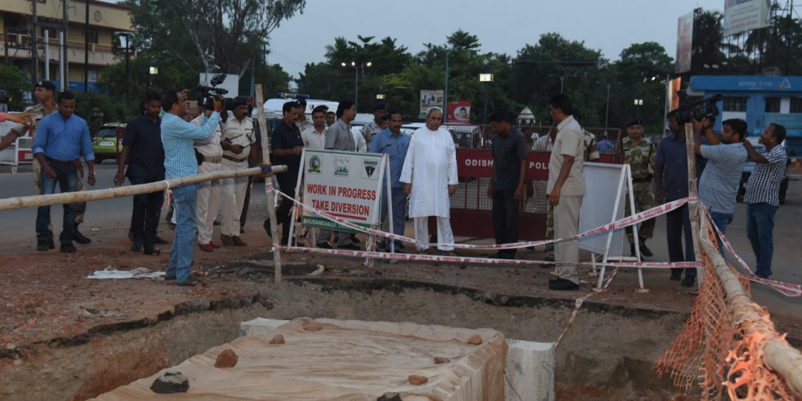 Chief Minister Naveen Patnaik visits a site under Smart City project