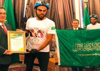 Raed Qrimli presents Fahd Al-Yahya a memento at Saudi Arabia's embassy in Moscow, Tuesday