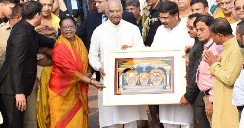 Image result for कोविंद और उनकी पत्नी at jagannath mandir
