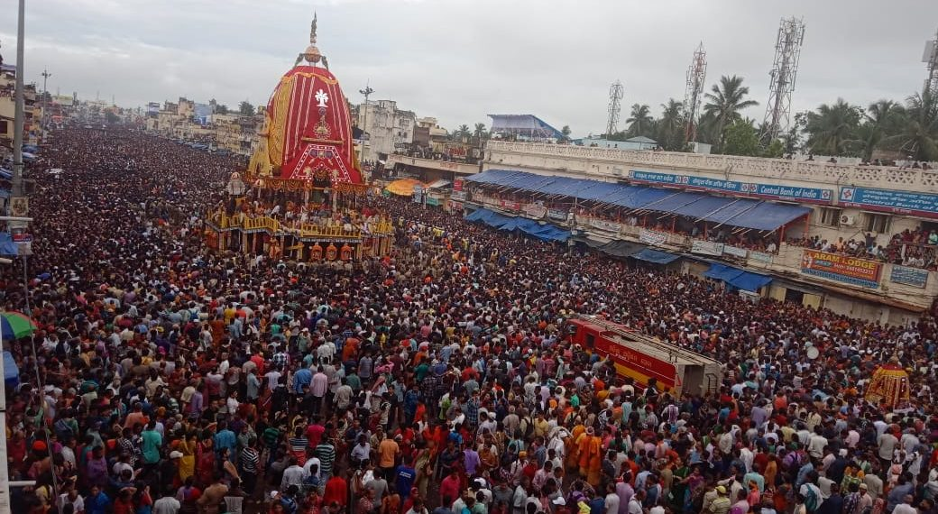 Puri Rath Yatra, Lakhs Of Devotees In Puri Rath Yatra Making Way For An Ambulance Is Winning Hearts On Internet