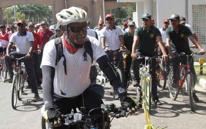 Major, Retired Major General of Indian Army cycles 12,000km in memory of Martyrs