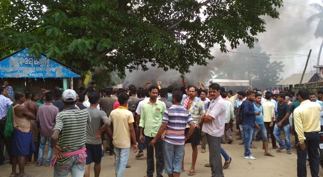 communal, Communal tension in Cuttack: Locals torch police van, Sec 144 imposed