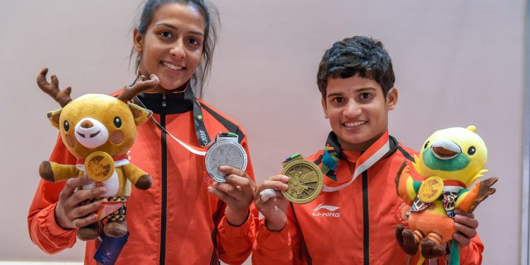 India's Pincky Balhara (L) and Malaprabha Yallappa Jadhav pose with their silver and bronze medals respectively in Kurash at the Asian Games