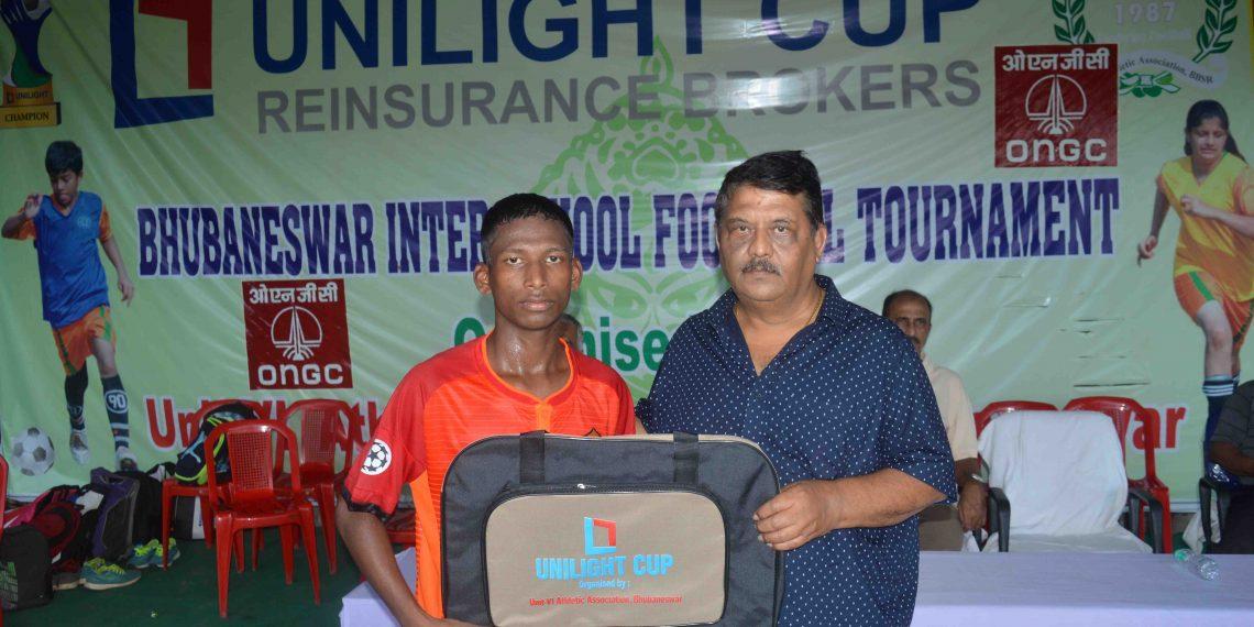 Jadunath Hansda receives the man of the match prize in Bhubaneswar, Friday