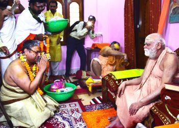 Gopal Subramanium (L) in discussion with Puri Shankaracharya, Friday