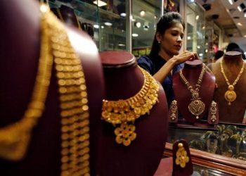 Gold rallies on jewellers' buying, weak rupee