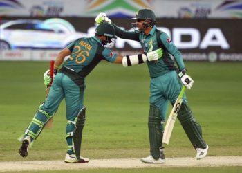 Shoaib Malik (R) congratulate Imam-ul-Haq during the latter's half century against Afghanistan