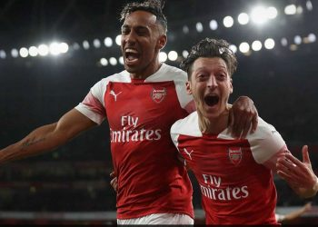 Pierre-Emerick Aubameyang (L) and Mesut Ozil celebrate Arsenal's first goal against Leicester City, Monday