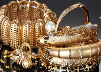A theft of Rs 140 crore worth of gold and jewels has been reported to a Kanpur police station by a Uttar Pradesh jeweller.