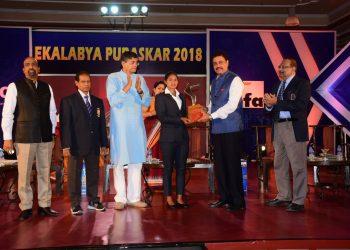 Lilima Minz receives the winner's trophy from Dilip Vengsarkar in Bhubaneswar, Sunday