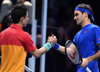 Roger Federer (R) congratulates Kei Nishikori after their match, Sunday