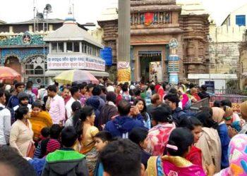 Devotees throng near the main gate of Shreemandir (PNN)