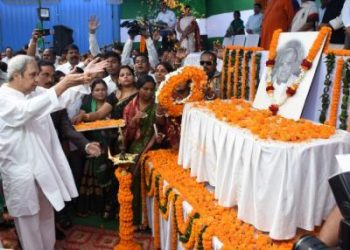 BJD supremo and CMNaveen Patnaik offering floral tributes to Late Biju Patnaik at BJD office in Bhubaneswar, Wednesday