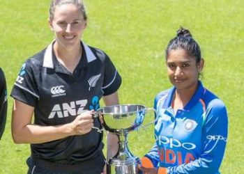 Mithali Raj (R) and New Zealand skipper Amy Satterthwaite pose with the winners' trophy at Napier