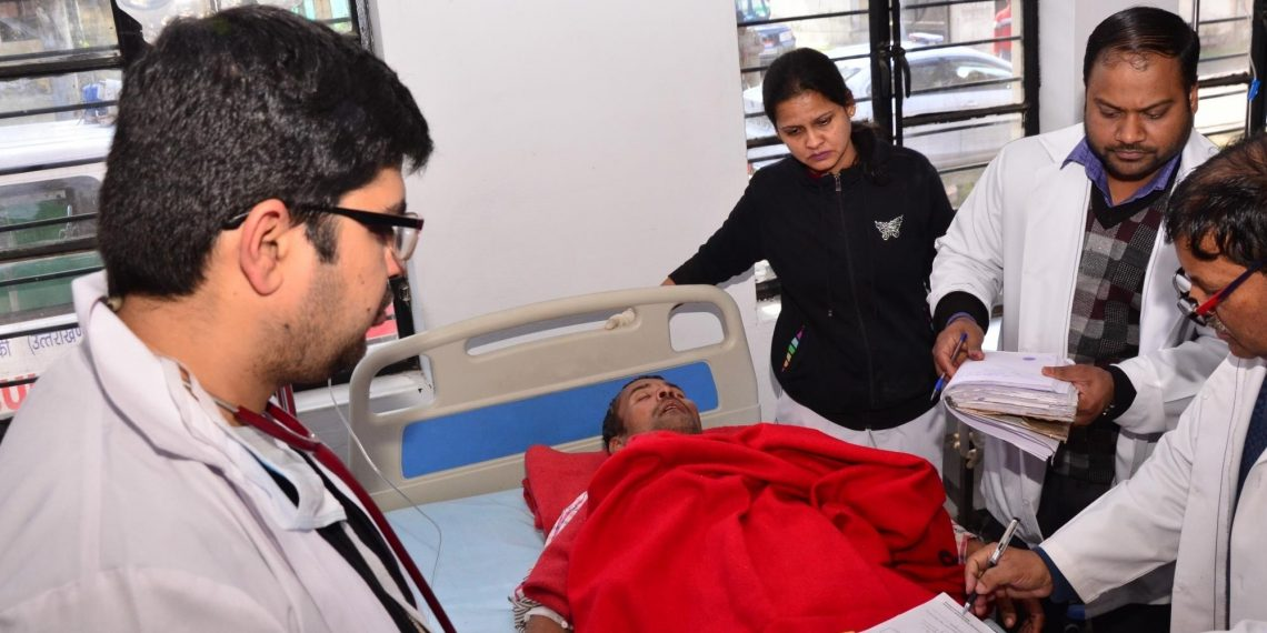 Doctors examining a patient who was admitted after consuming spurious liquor in Uttarakhand's Roorkee, on Feb 9, 2019. (IANS)