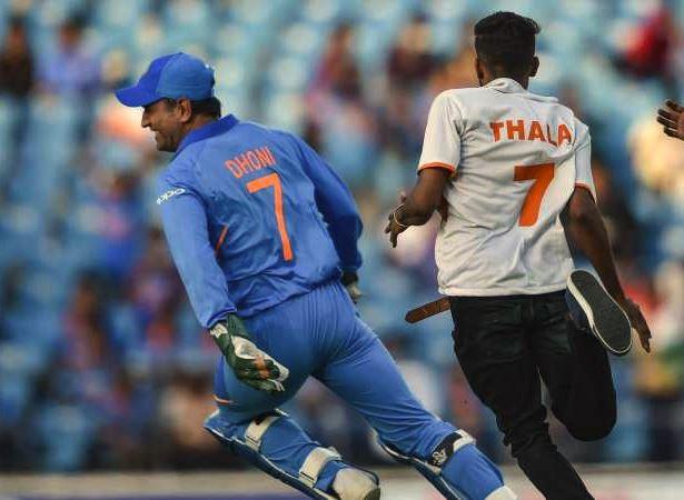 Dhoni makes pitch invader chase him during Nagpur ODI