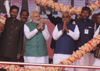 Prime Minister Narendra Modi flanked by Bihar Chief Minister Nitish Kumar (R) and Union Minister Ram Vilas Paswan at the rally in Patna, Sunday