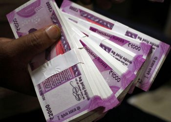 Rupee tanks 98 paise to 70.58 against USD in early trade