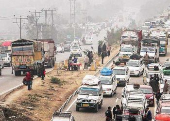 The traffic on the highway plies alternatively from the capital cities of Jammu and Srinagar to ensure smooth movement of the vehicles. (Image: PTI)