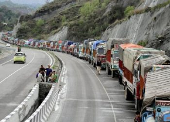 A massive landslide blocked the highway near Anokhi fall in Ramban district on Saturday afternoon, leaving nearly 2,000 Jammu-bound vehicles stranded.