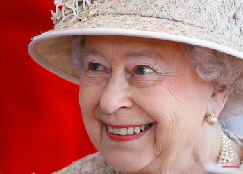 Britain's  Queen Elizabeth II smiles as she awaits the arrival of the President of the United Arab Emirates Sheik Khalifa bin Zayed Al Nahyan in Windsor in England, Tuesday, April 30, 2013. (AP Photo/Kirsty Wigglesworth, pool)