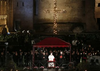 Pope leads Cross procession in Rome