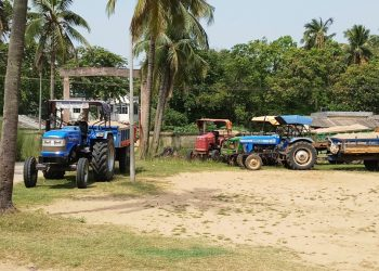 Illegal sand smuggling: JCB machine, 7 tractors seized