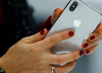 iPhone sales falls at record pace
