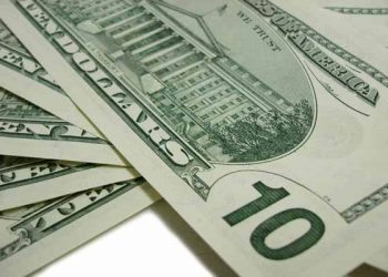 US dollar declines as trade fears linger