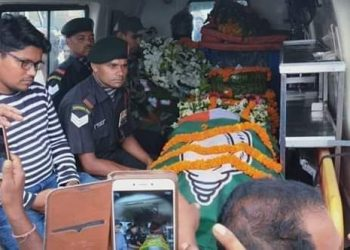 BJD drapes Dhenkanal martyr Ajit Kumar Sahoo's coffin with party flag. (Pic - Twitter)