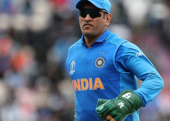 The 'Balidaan Badge' or the Army insignia was spotted on Dhoni's gloves.