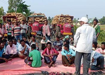 Irate farmers stage road blockade in Kalahandi