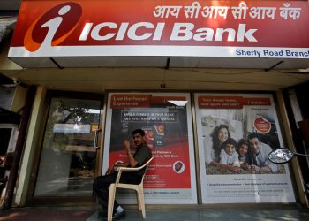 A security guard sits outside an ICICI bank branch in Mumbai, India, April 4, 2018. REUTERS/Francis Mascarenhas - RC1E03B225D0