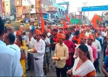 According to reports, a group of HYV activists sat outside a Hanuman temple in Sikandrarau area and recited the 'Hanuman Chalisa' repeatedly for over an hour Tuesday evening.