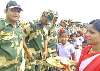 Schoolgirls tie rakshis to BSF jawans in Malkangiri