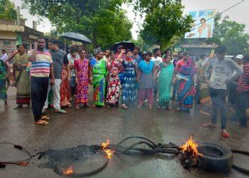 Locals block road demanding relief