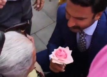 Ranveer goes down on knees for a lady in wheelchair, gets kiss on cheek
