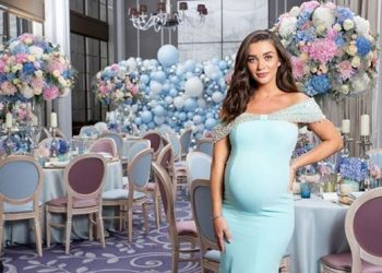 '2.0' actress Amy Jackson flaunts baby bump in maternity shoot; See pics