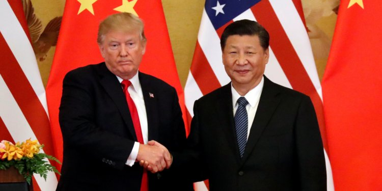 Donald Trump (L) and Xi Jinping