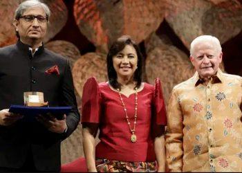 Ravish Kumar with the Magsaysay Award (left)