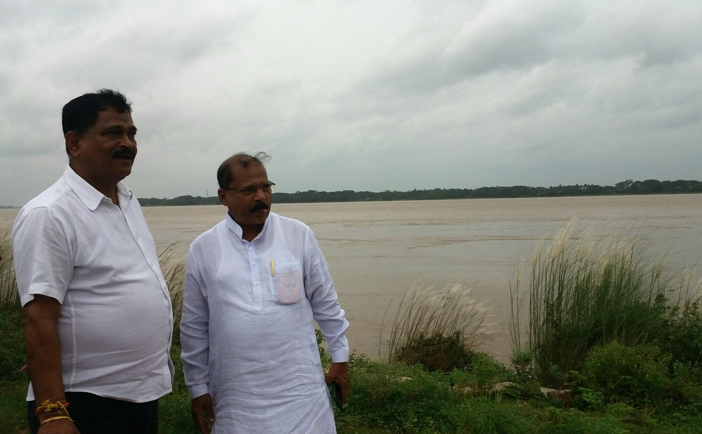 Water Resources Minister takes stock of river embankment - OrissaPOST