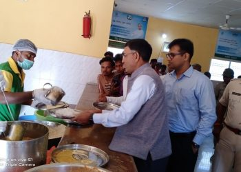 Chief Secy waits for turn at Aahaar centre to get food