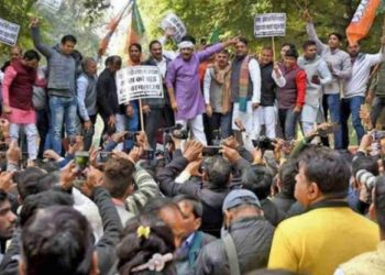 Led by Delhi BJP chief Manoj Tiwari, the party workers raised slogans against the AAP and demanded an apology from it for trying to 'malign the image' of Prime Minister Narendra Modi.