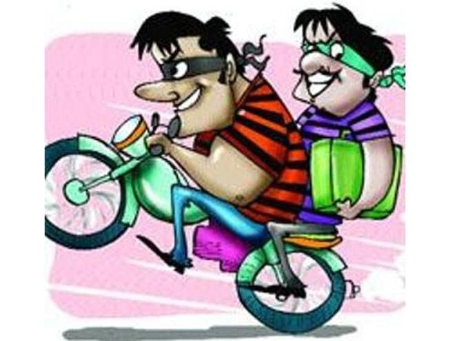 Hilarious! Miscreants loot 50 kg onion from a rickshaw puller