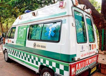 108-ambulance-drops-patient-midway-to-SCB-Medical-College-and-Hospital