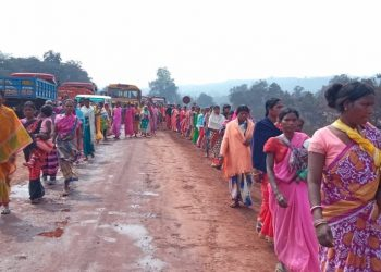 Women do not mind joining the rally while carrying their children at Jurudi in Joda