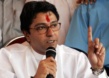 MUMBAI, INDIA:  Former Indian leader of the right-wing Hindu political party Shiv Sena (army of Lord Shiva) Raj Thackeray announces his resignation from the party, in Mumbai 18 December 2005.  Raj Thackeray, rebellious nephew of party chief Bal Thackeray, announced his intention to form a new political outfit next year.         AFP PHOTO/Indranil MUKHERJEE  (Photo credit should read INDRANIL MUKHERJEE/AFP via Getty Images)