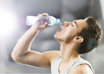 5 common mistakes while drinking water can be serious for health