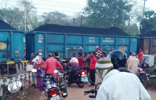 3 carriages get separated from goods train