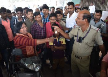 A woman traffic violator arguing with police personnel at Rajmahal Square in Bhubaneswar, Sunday